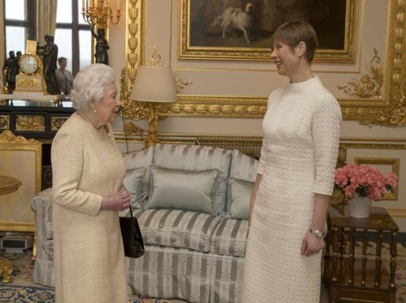Sua Maestà mentre riceve a Buckingham Palace, il presidente estone Kersti Kaljulaid (Getty)